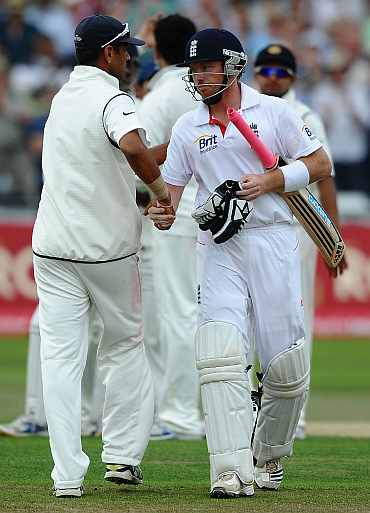 Rahul Dravid shakes hands with Ian Bell