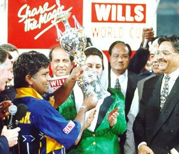Ranatunga receives the 1996 World Cup from late Pakistan President Benazir Bhutto