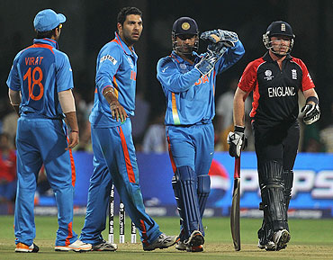 Dhoni calls for DRS during a game at the World Cup