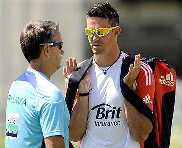 Sri Lanka's coach Stuart Law (L) talks to England's Kevin Pietersen during a training session for Sri Lanka before Friday's second cricket test