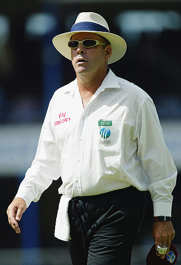 Umpire Daryl Harper