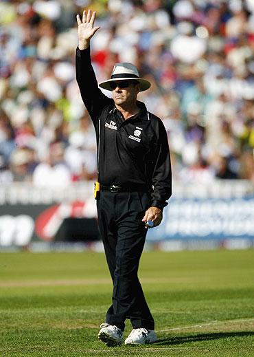 Umpire Daryl Harper