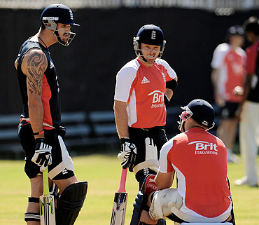 England's Kevin Pietersen (left) talks with teammates Ian Bell (2nd from left) and Matt Prior