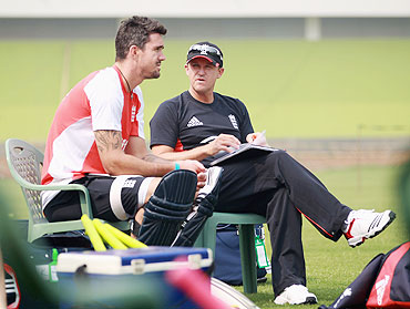 Andy Flower chats with Kevin Pietersen