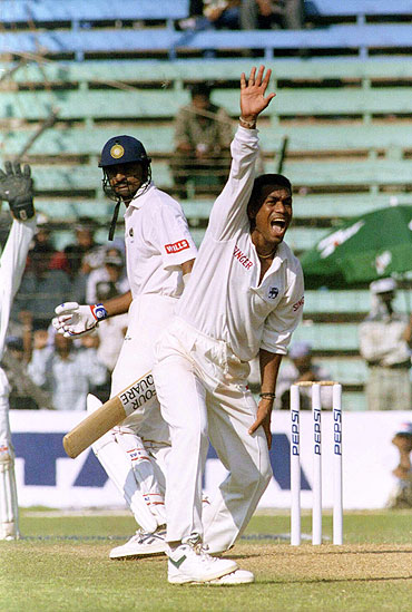 Ravindra Pushpakumara (right) of Sri Lanka appeals against Indian batsman Javagal Srinath in a Test match in 1997