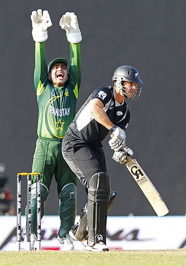 Pakistan's wicketkeeper Kamran Akmal appeals for the wicket of New Zealand's Ross Taylor