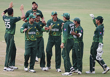 Pakistan players celebrate the dismissal of Zimbabwe's Vusi Sibanda