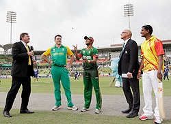 Bangladesh captain Shakib Al Hasan with South Africa captain Graeme Smith at the toss