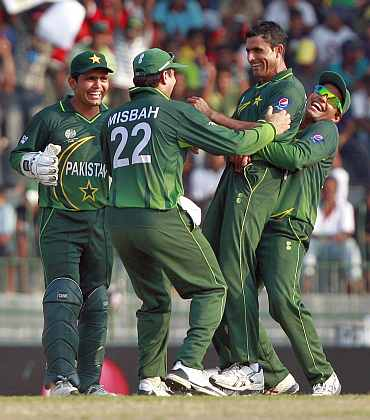 Abdul Razzaq celebrates with teammates after claiming a wicket