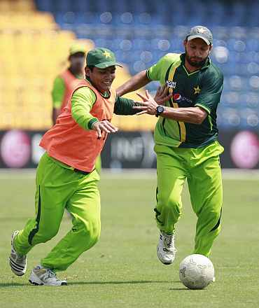 Shahid Afridi and Kamran Akmal during a practice session