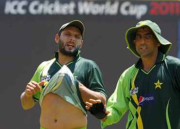 Shahid Afridi and Younis Khan take a break from the practice session