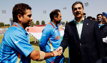 Pakistan PM Syed Yusuf Raza Gilani of Pakistan shakes hands with Sachin Tendulkar as Prime Minister Manmohan Singh looks on
