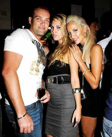 Jacques Kallis with cheerleaders