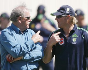 Australia's Shane Warne (R) talks with bowling instructor Terry Jenner during a training session in Adelaide November 30, 2006