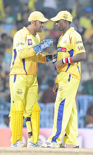 MS Dhoni chats with Dwayne Bravo