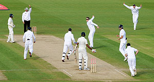 England's Graeme Swann (4th from right) and teammates celebrate the dismissal of Sri Lanka's Farveez Maharoof