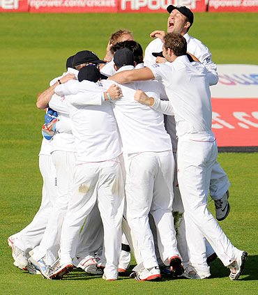 England playesr are ecstatic after the dismissal of Sri Lanka's Suranga Lakmal