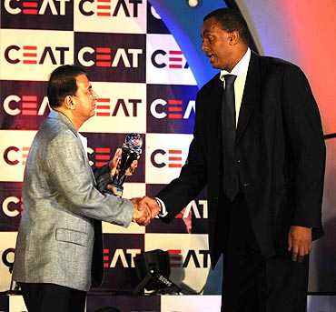 Sunil Gavaskar presents Courtney Walsh with the Lifetime Achievement Award