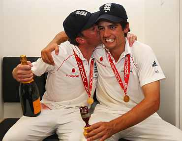 Graeme Swann celebrates with Alastair Cook after their Ashes win in 2009