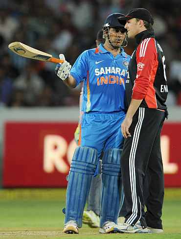 MS Dhoni speaks to Graeme Swann during the first ODI in Hyderabad