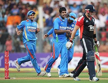 Varun Aaron celebrates with teammates