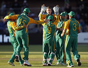 Morne Morkel of South Africa (centre) celebrates with teammates after dismissing Michael Clarke during the second ODI on Sunday
