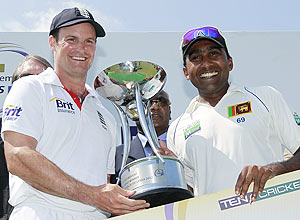 England captain Andrew Strauss and Sri Lanka captain Mahela Jayawardene with the trophy after drawing the two-match Test series 1-1
