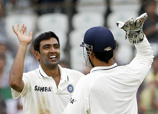 R Ashwin (left) with captain Mahendra Singh Dhoni