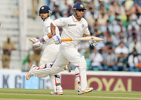 MS Dhoni and Virat Kohli run between the wickets