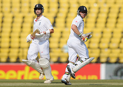Jonathan Trott and Ian Bell run between the wickets