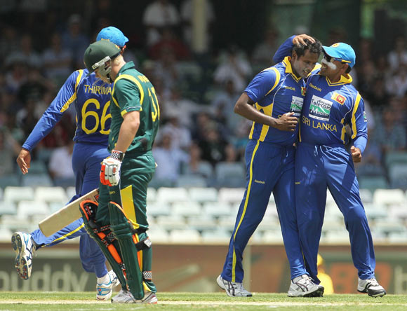 Angelo Matthews (2nd R) of Sri Lanka celebrates with team mate Mahela Jayawardene after taking the wicket of David Warner of Australia during game three