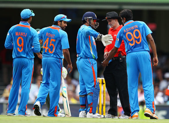 MS Dhoni and his team appeal to Billy Bowden