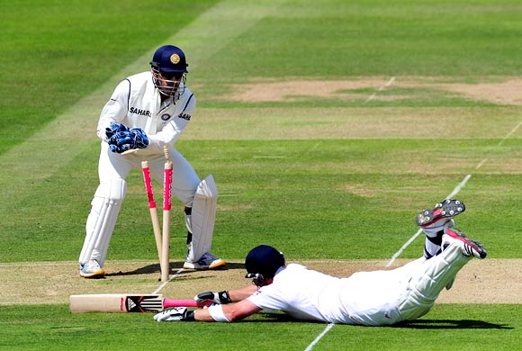 Ian Bell tries to make his ground as Mahendra Singh Dhoni breaks the stumps
