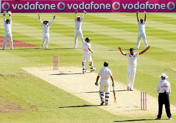 Zaheer Khan traps Ed Cowan leg before wicket