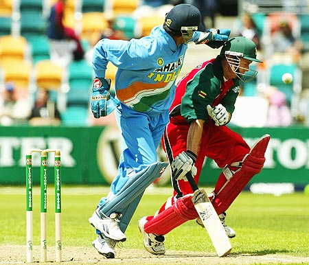 Rahul Dravid of India collides with Grant Flower of Zimbabwe
