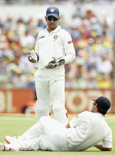MS Dhoni (top) of India looks down at team mate Virat Kohli after Kohli dropped a catch from David Warner of Australia during day two of the Third Test