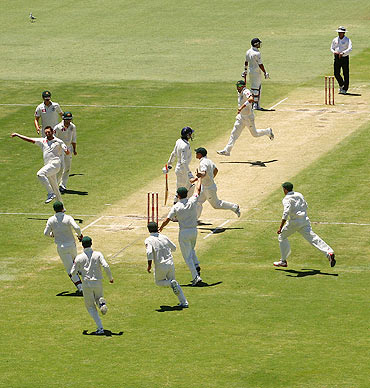 Ben Hilfenhaus celebrates the wicket of Ishant Sharma