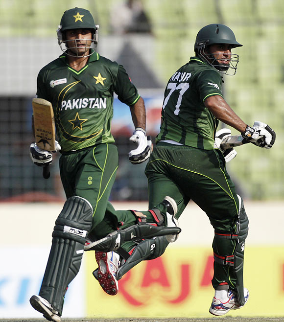 Pakistan's Mohammad Hafeez (left) and Nasir Jamshed run between the wickets
