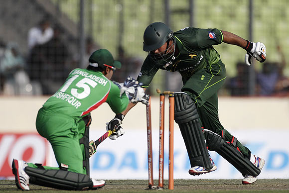 Bangladesh's wicketkeeper and captain Mushfiqur Rahim (left) runs out Pakistan's Nasir Jamshed