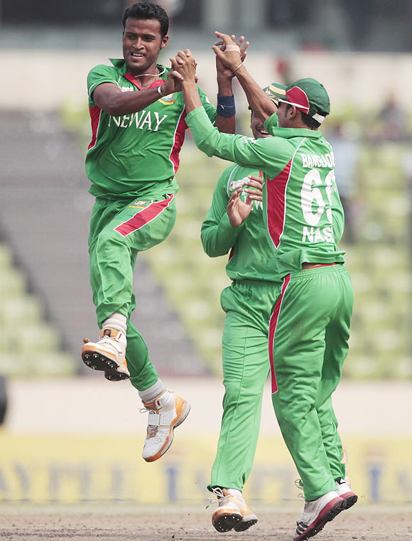 Bangladesh's Nazmul Hossain celebrates dismissing Sri Lanka's Dilshan