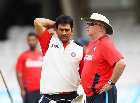 Captain, Mahendra Singh Dhoni (L) and coach, Duncan Fletcher speak