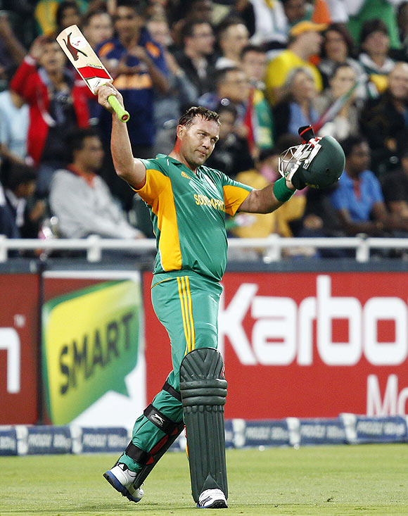 Jacques Kallis acknowledges the crowd after being dismissed