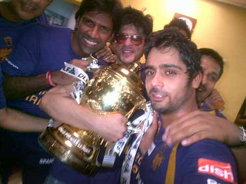 Shah Rukh Khan, Iqbal Abdullah and L Balaji with the IPL trophy