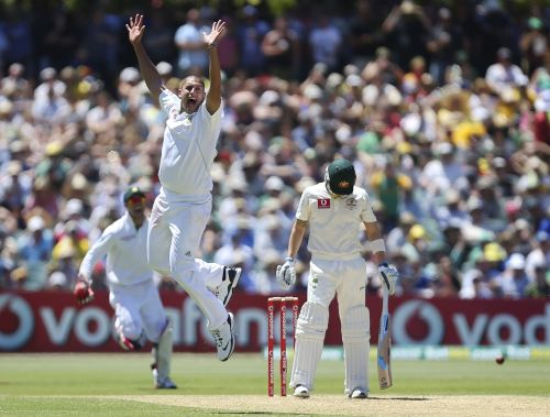 South Africa's Rory Kleinveldt (C) makes an unsuccessful appeal for the wicket of Australia's Michael Clarke (R)