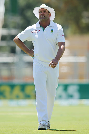 Jacques Kallis of South Africa leaves the field after suffering an injury on Day one of the 2nd Test at Adelaide Oval on Thursday