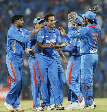 India's Irfan Pathan (C) celebrates with teammates after taking the wicket of New Zealand's Martin Guptill during their second Twenty20 cricket match in Chennai