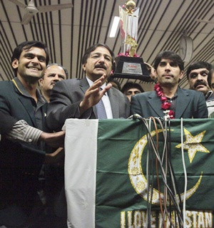 Pakistan Cricket Board chairman Zaka Ashraf (second left) with Misbah ul Haq (left) and Mohammad Hafeez