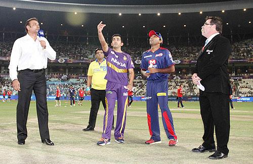 Ravi Shastri and match referee David Boon look on as Kolkata Knight Riders captain Gautam Gambhir tosses the coin and Delhi Daredevils captain Mahela Jayawardene calls