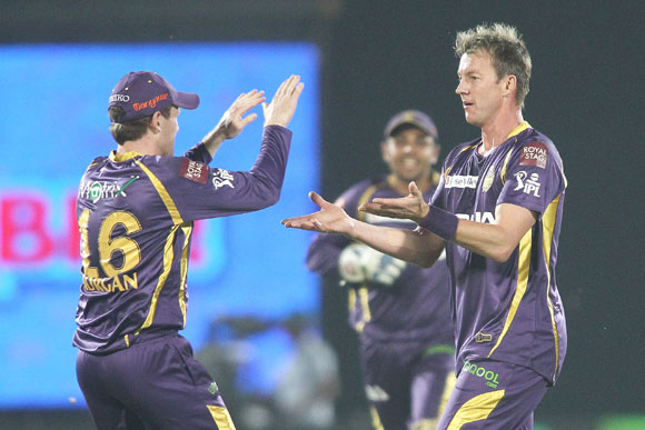 Eoin Morgan congratulates his Kolkata Knight Riders' teammate Brett Lee for getting rid of Shane Watson of Rajasthan Royals