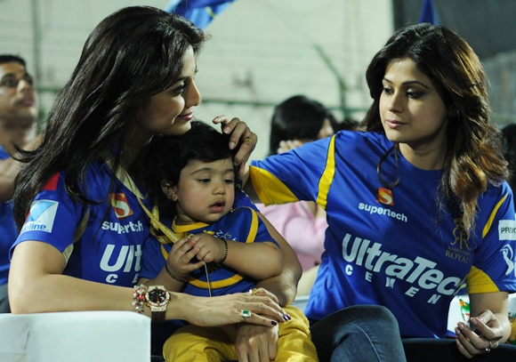 Shilpa Shetty with his son Viaan Raj Kundra and sister Shamita Shetty